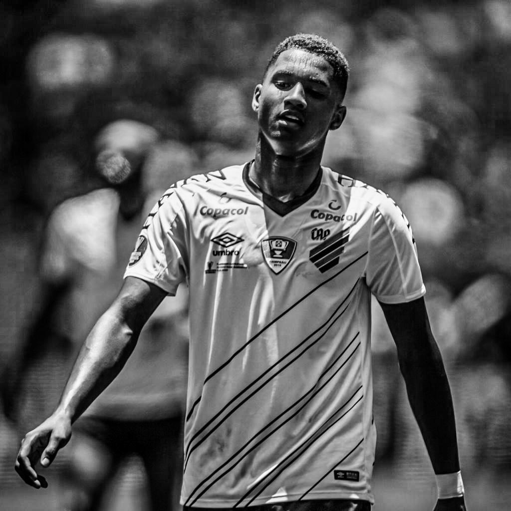 Abner Vinícius da Silva Santos, 20 anos, lateral-esquerdo, campeão da Copa do Brasil. instagram.com/6bner twitter.com/6abner